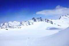 Alpi sotto cielo blu Immagine Stock