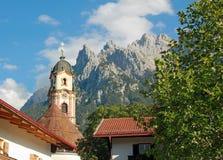 Alpi storiche pittoresche del karwendel e della chiesa, mittenwald Fotografia Stock