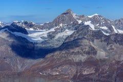 Alpi stupefacenti dello svizzero di paradiso del ghiacciaio del Cervino di panorama di inverno Immagine Stock