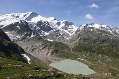 Alpi in Svizzera con il lago glacier vicino a Susten Immagine Stock Libera da Diritti