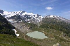 Alpi in Svizzera con il lago glacier vicino a Susten Immagini Stock