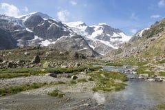 Alpi in Svizzera con il lago glacier vicino a Susten Fotografie Stock