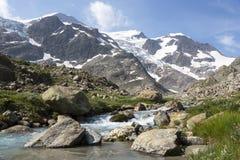 Alpi in Svizzera con il lago glacier vicino a Susten Fotografia Stock Libera da Diritti