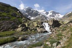 Alpi in Svizzera con il lago glacier vicino a Susten Fotografie Stock Libere da Diritti