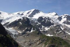 Alpi in Svizzera con il lago glacier vicino a Susten Fotografia Stock