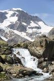 Alpi in Svizzera con il lago glacier vicino a Susten Immagine Stock