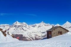 Alpi svizzere con la casa del mattone Fotografia Stock Libera da Diritti
