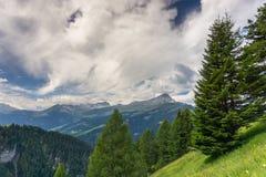 Alpi svizzere di estate con le valli e le montagne vicino a Piz Beverin Immagini Stock
