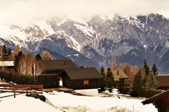 Alpi svizzere e villaggio turistico Fotografia Stock
