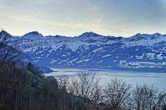 Alpi svizzere e vista del lago vicino al lago Thun nell'inverno Fotografie Stock