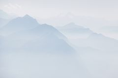 Alpi svizzere in foschia Immagine Stock Libera da Diritti