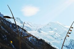 Alpi svizzere nell'inverno ed in raggi di sole Immagini Stock Libere da Diritti