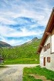 Alpi svizzere paesaggio e casa di SkiArena Fotografia Stock Libera da Diritti
