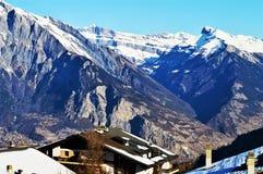 Alpi svizzere sotto neve, alti picchi Immagine Stock