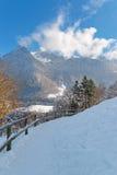 Alpi svizzere vicino alla città di groviera un giorno di inverno soleggiato Immagine Stock