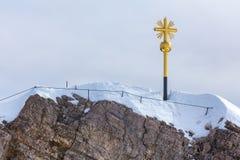 Alpi tedesche dell'incrocio della sommità di Zugspitze nell'inverno Immagini Stock Libere da Diritti
