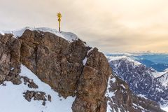 Alpi tedesche dell'incrocio della sommità di Zugspitze nell'inverno Fotografia Stock