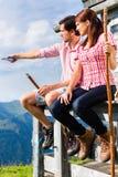 Alpi - uomo e donna che si siedono alla cabina in Tirol Fotografia Stock Libera da Diritti