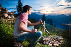 Alpi - uomo a fuoco di accampamento in montagne bavaresi Fotografia Stock Libera da Diritti