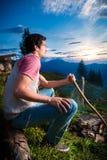 Alpi - uomo a fuoco di accampamento in montagne bavaresi Fotografia Stock