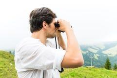 Alpi - uomo sulle montagne con i binocoli Fotografia Stock Libera da Diritti