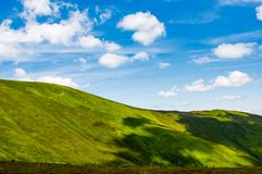Alpi verdi sotto cielo blu Fotografia Stock Libera da Diritti