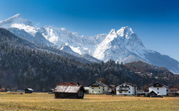 Alpi, vista dalla valle di Loisach, Garmisch-Partenkirchen Immagine Stock