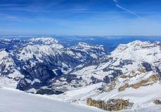 Alpi, vista di orario invernale dal Mt Titlis in Svizzera Immagini Stock
