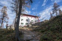Alpien chalet stock afbeelding