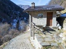 Alpien chalet stock afbeeldingen