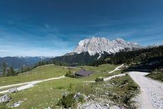 Alpien chalet bij daling met wettersteinberg royalty-vrije stock afbeeldingen