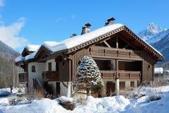 Alpien chalet in de de winterbergen royalty-vrije stock foto