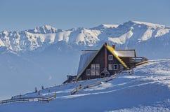 Alpien de winterlandschap met rustiek chalet royalty-vrije stock afbeelding