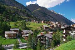 Alpien dorp in bergen Stock Afbeelding