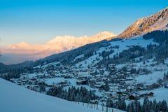 Alpien dorp bij zonsopgang Stock Fotografie