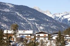 Alpien dorp in de sneeuw Stock Fotografie