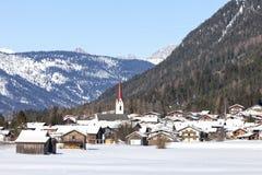 Alpien dorp in de sneeuw Stock Foto's