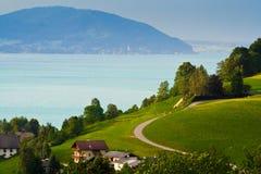Alpien dorp en meer Stock Afbeeldingen