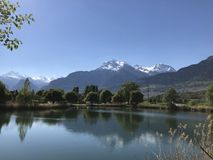 Alpien gletsjermeer met sneeuwbergen op de achtergrond Stock Fotografie