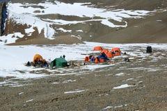 Alpien kamp in de vallei van Nepal Stock Foto's