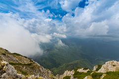 Alpien landschap in de zomer, in de Transylvanian-Alpen, met overzees van wolken Stock Afbeelding
