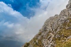 Alpien landschap in de zomer, in de Transylvanian-Alpen, met overzees van wolken Stock Fotografie