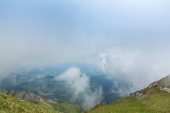 Alpien landschap in de zomer, in de Transylvanian-Alpen, met overzees van wolken Royalty-vrije Stock Foto's