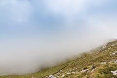Alpien landschap in de zomer, in de Transylvanian-Alpen, met overzees van wolken Royalty-vrije Stock Foto