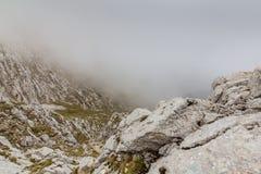 Alpien landschap in de zomer, in de Transylvanian-Alpen, met overzees van wolken Stock Foto's