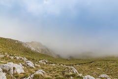 Alpien landschap in de zomer, in de Transylvanian-Alpen, met overzees van wolken Royalty-vrije Stock Fotografie