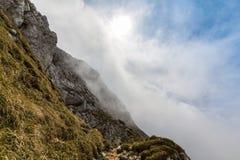 Alpien landschap in de zomer, in de Transylvanian-Alpen, met overzees van wolken Royalty-vrije Stock Afbeeldingen