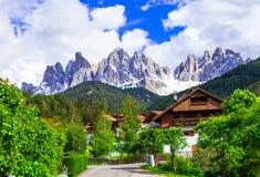 Alpien landschap - Dolomietbergen en traditionele dorpen V stock afbeeldingen