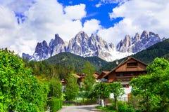 Alpien landschap - klein dorp in Dolomietbergen, Val di Fun royalty-vrije stock foto