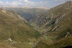 Alpien landschap met bergweg stock fotografie